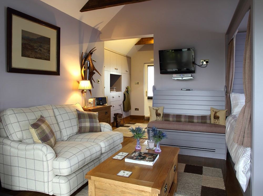 Stardust-Scotland,-luxury-self-catering-Boathouse-4