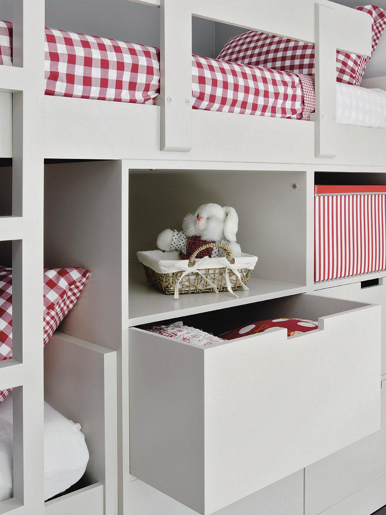 MICASA Un cuarto juvenil con paredes a rayas grises y blancas 2