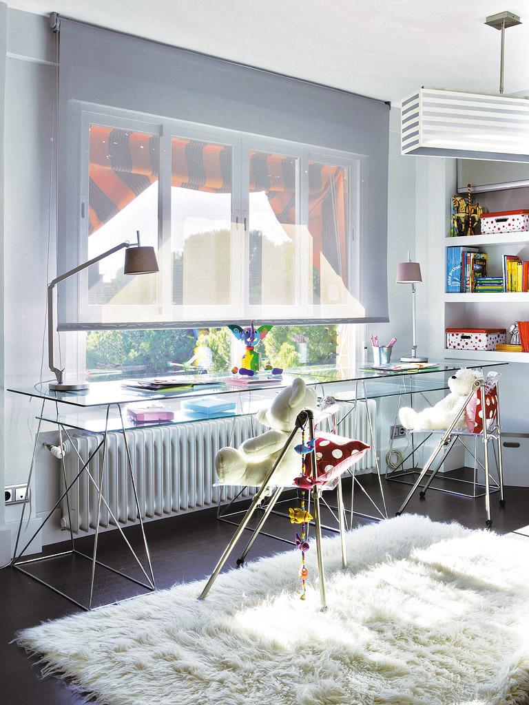 MICASA Un cuarto juvenil con paredes a rayas grises y blancas 4