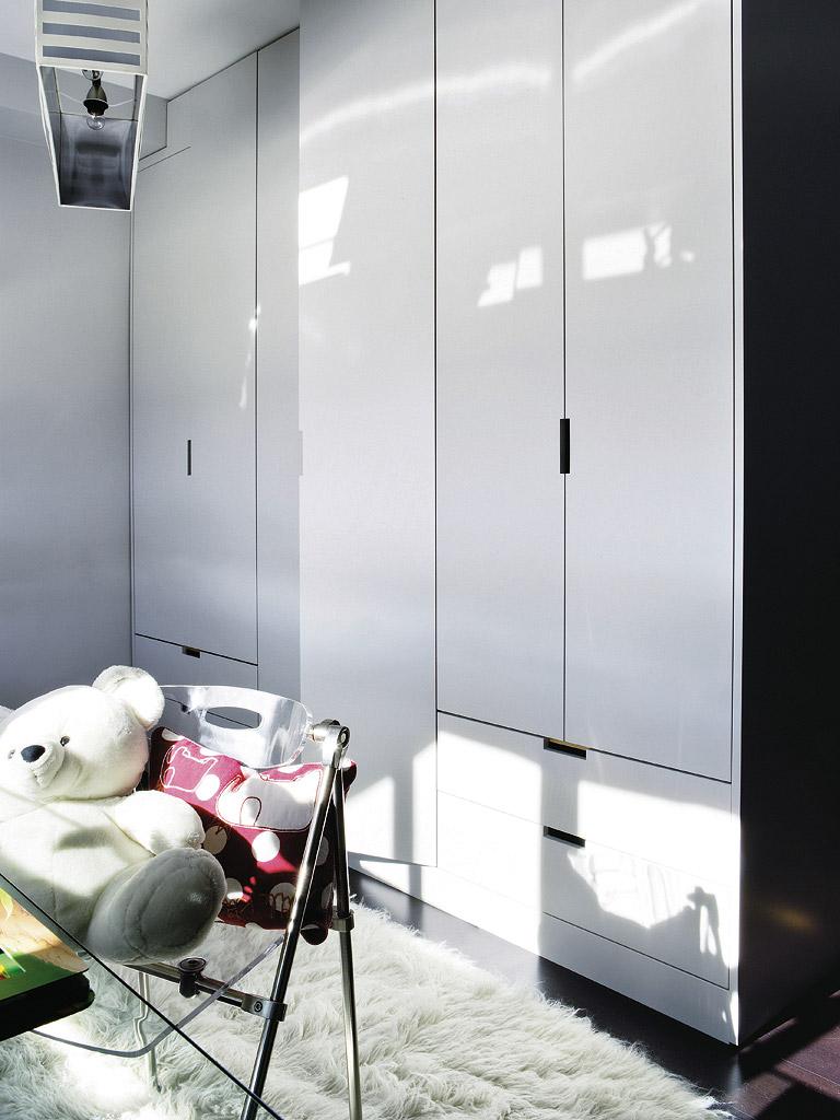 MICASA Un cuarto juvenil con paredes a rayas grises y blancas 6