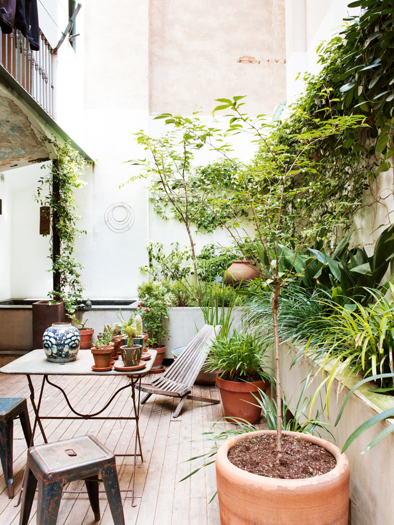 decordemon house with courtyard in barcelona