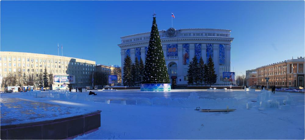 2. Новогодняя архитектура - панорама катка перед зданием администрации © NickFW.ru - 16.12.2009г. по клику открывается в разрешении 2768*1280px.