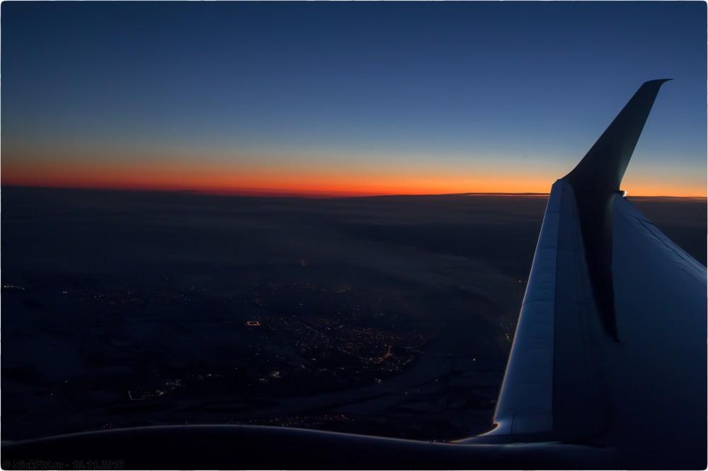 1. Вид на рассвет из иллюминатора © NickFW.ru - 10.11.2018г.