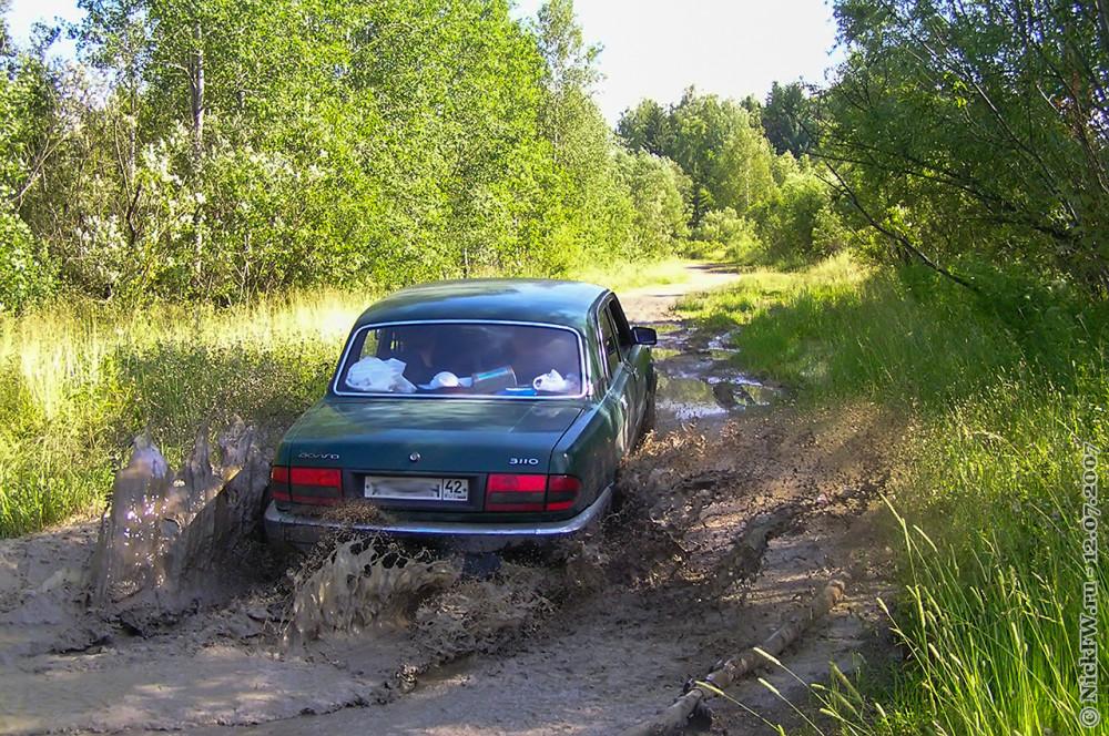 2. Волга форсирует лужу на грунтовке © NickFW.ru — 12.07.2007г.