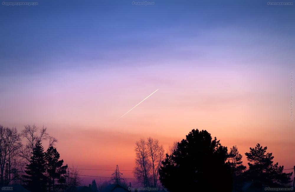 Весенний рассвет и самолёт...