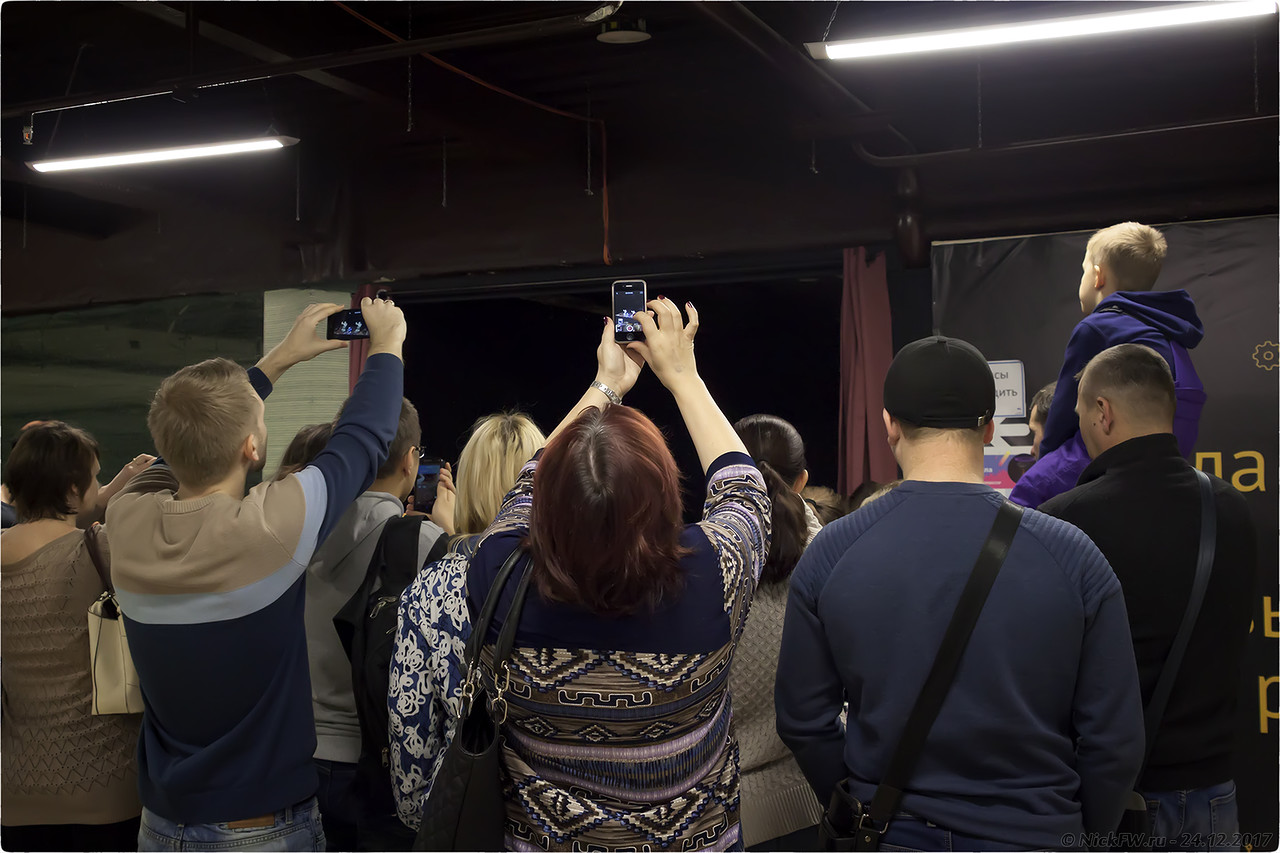 Люди снимают танцующих роботов [© NickFW - 24.12.2017]