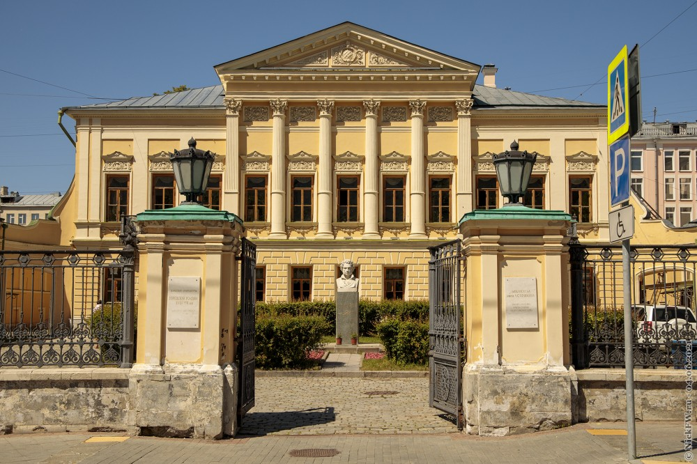 2. Бюст А.С. Пушкина во дворе Библиотеки © NickFW.ru — 04.06.2021г.