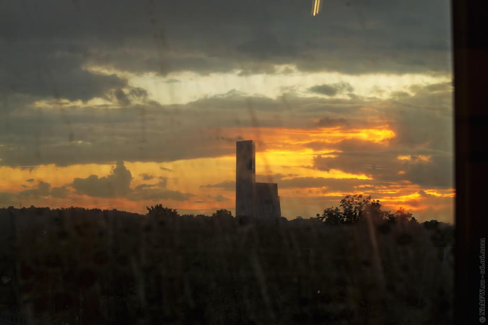 Закат сквозь грязное окно © NickFW.ru — 06.06.2021г.