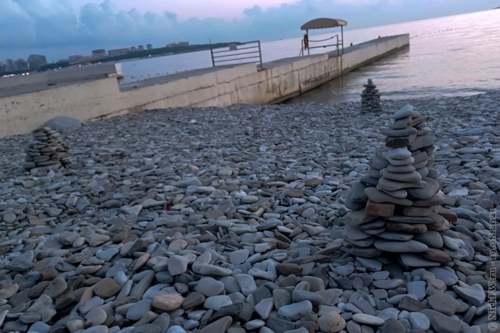 Пирамидки на галечном пляже © NickFW.ru — 19.08.2021г.
