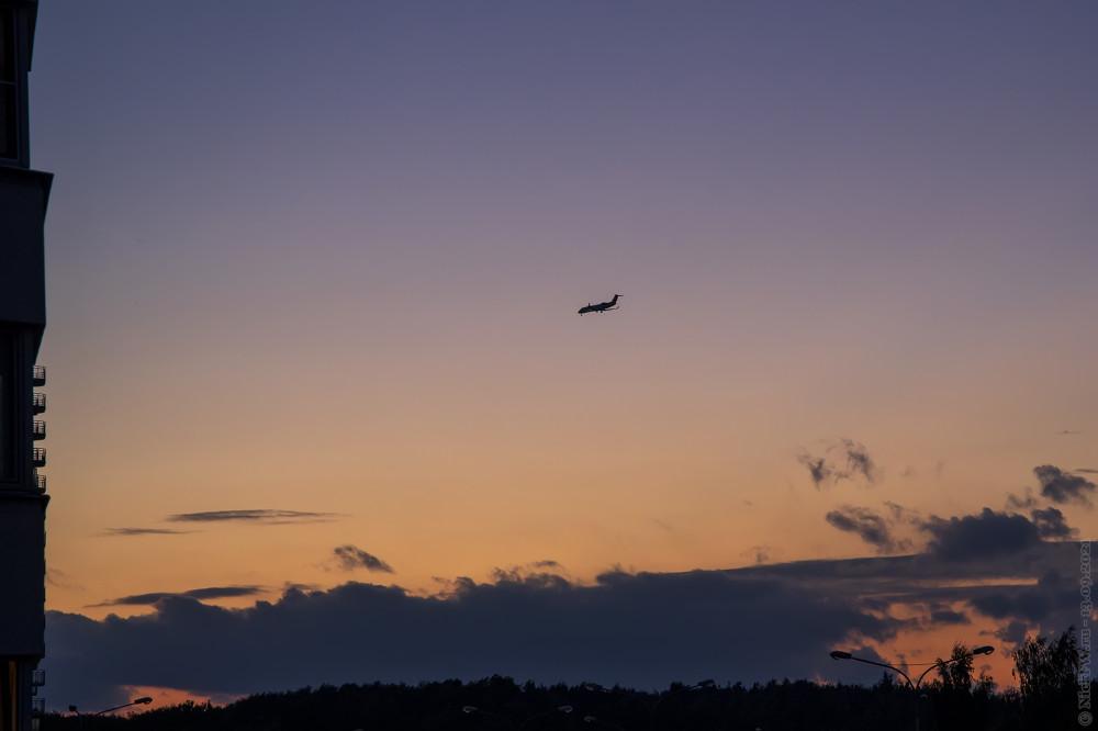 Закат и CRJ-100 © NickFW.ru — 13.09.2021г.