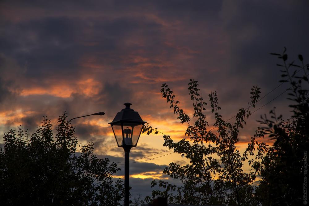 Закат и фонари... © NickFW.ru — 23.09.2021г.