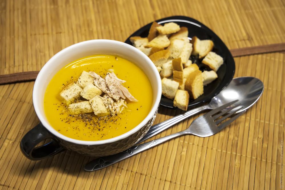 1. Тыквенный суп-пюре с сухариками и курицей © NickFW.ru — 02.10.2021г.