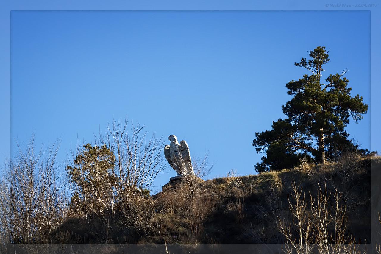 Скульптура Орёл вид от парковки кафе Гавань (© NickFW - 22.04.2017)