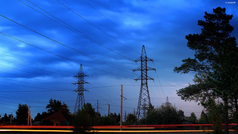 Зарождение молнии на фоне ЛЭП [24.07.2014 - © NickFW]