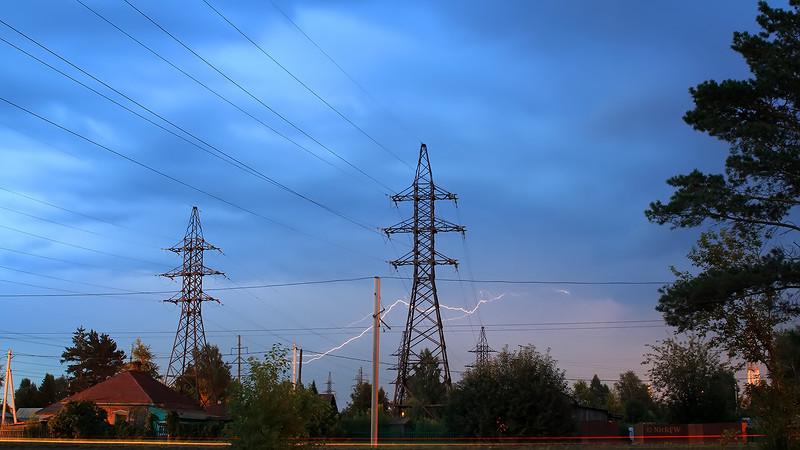 Молния на фоне ЛЭП [24.07.2014 - © NickFW]