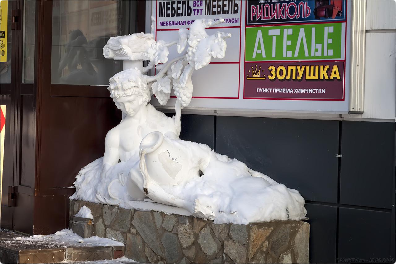 Скульптура у ТД МИКС [© NckFW - 10.02.2018]