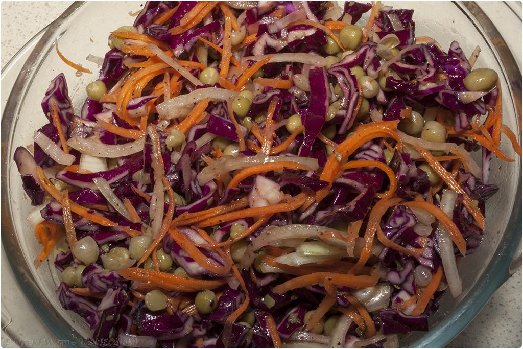 11. салат из краснокочанной капусты с горошком © NickFW.ru
