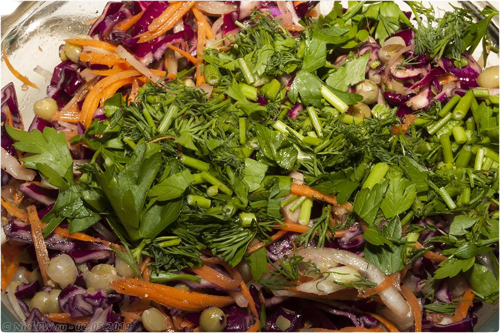 12. салат из краснокочанной капусты с горошком © NickFW.ru