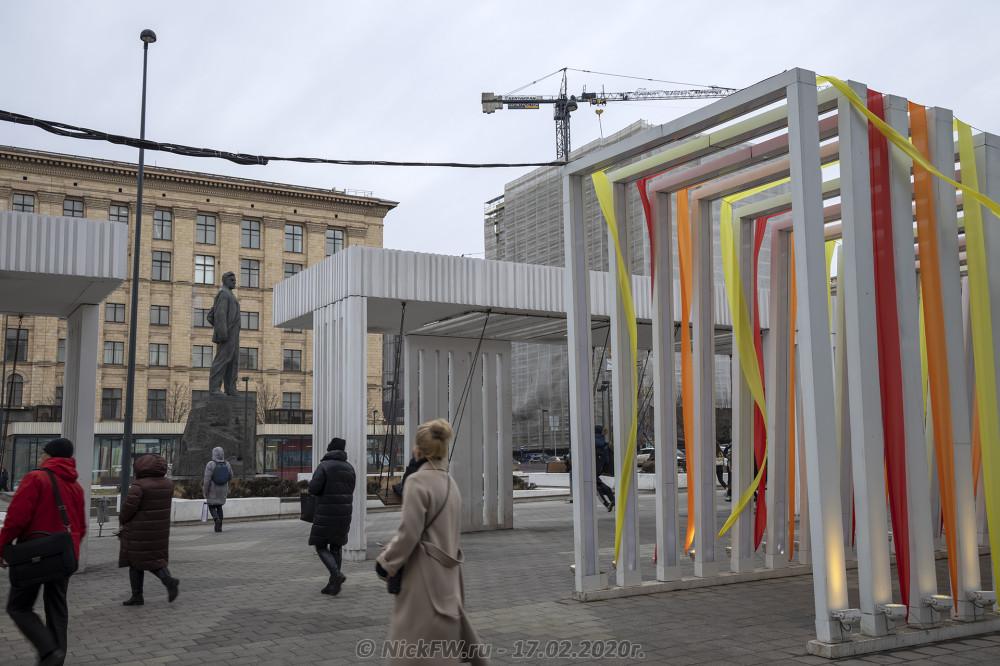3. Маяковский, люди, качели © NickFW.ru - 17.02.2020г.