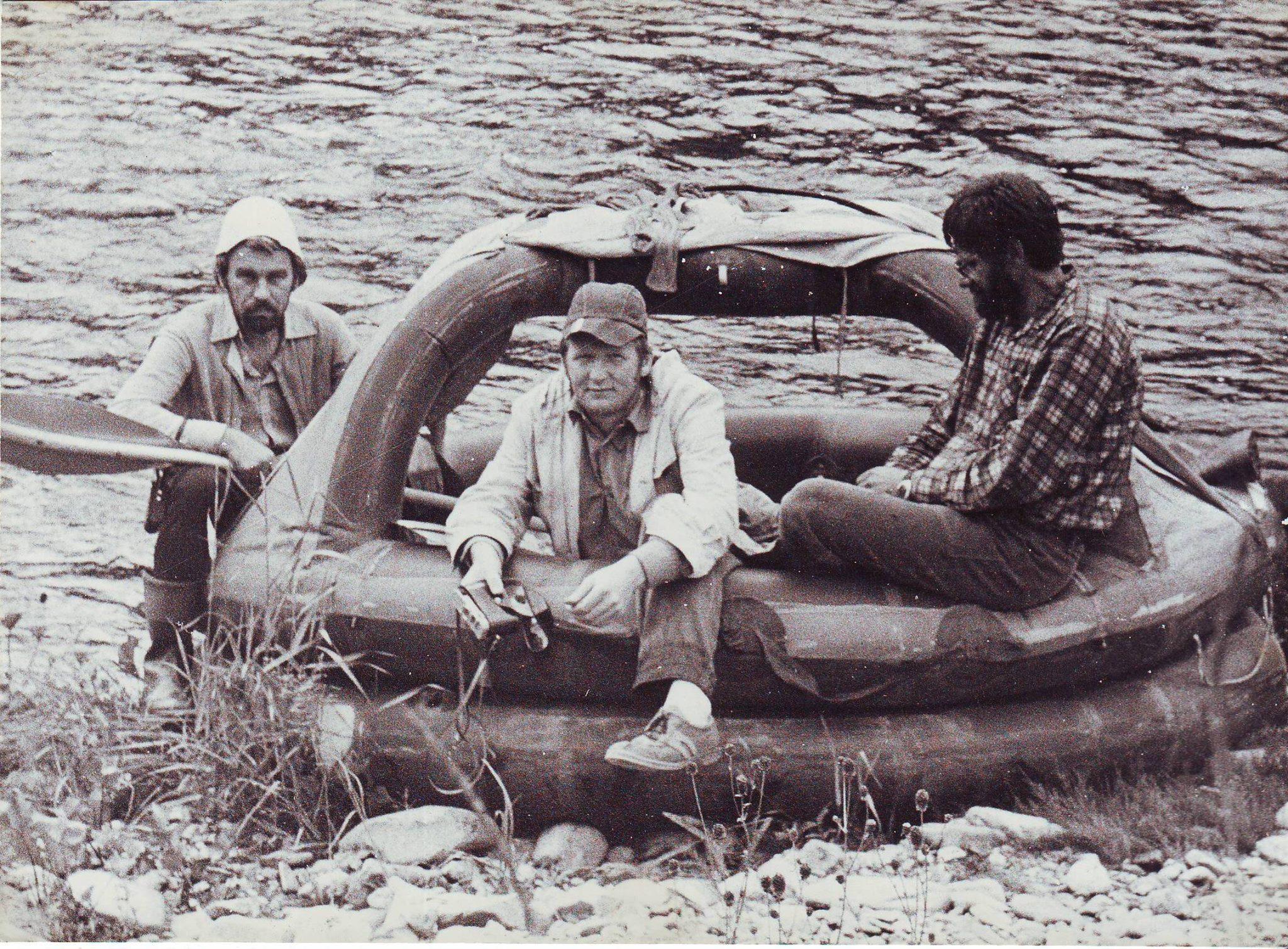 """5. Фотография из FB: """"Фото 1988 года. Мы на реке Кии. Слева Володя Соколов, посередь Серёжа Калинин (Царство ему Небесное), справа наш капитан Виктор Зайцев. Странное резиновое судно называется ПСН, то есть - плот спасательный надувной. Я по эту сторону """"Зенита"""" и объектива """"Гелиос""""."""" © В.Б. Попок"""