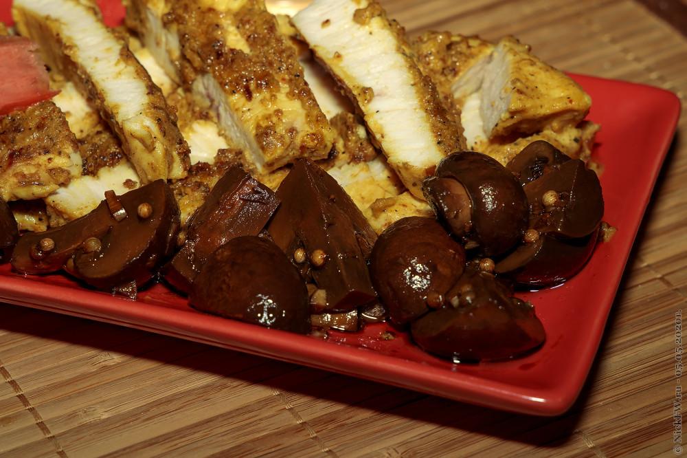 Стейки из индейки в горчице и маринованные в соевом соусе королевские опята © NickFW.ru