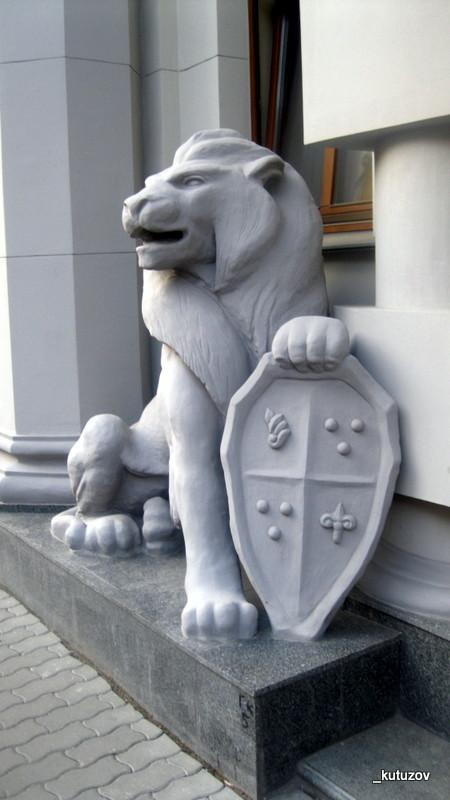 Лев и щит