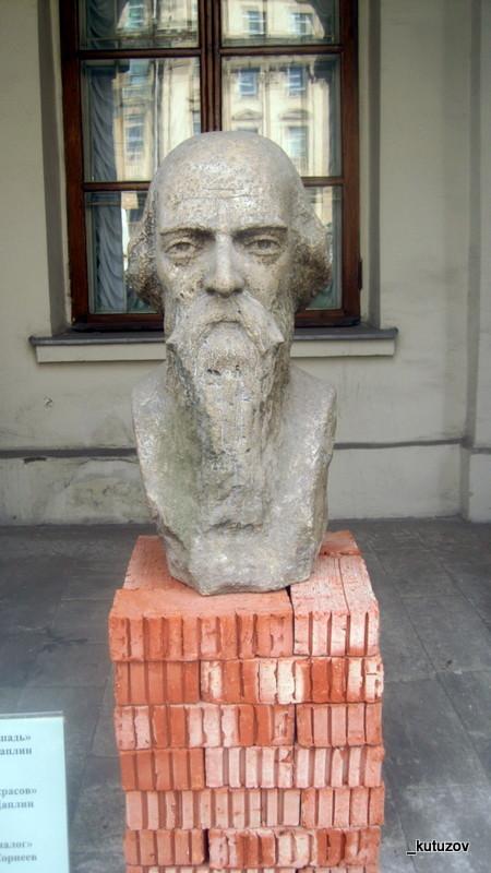 Статуя-Некрасов