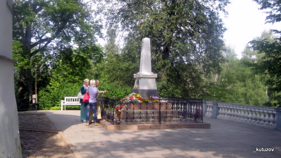 Пушкин-могила-2