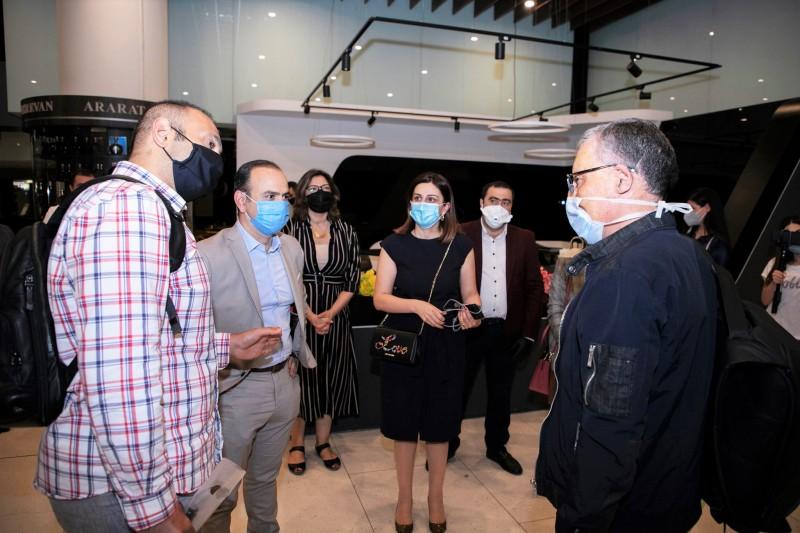 Ֆրանսիայից եկած բուժաշխատողների պատվիրակությանը դիմավորում է ՀՀ սփյուռքի գործերի գլխավոր հանձնակատար Զարեհ Սինանյանը