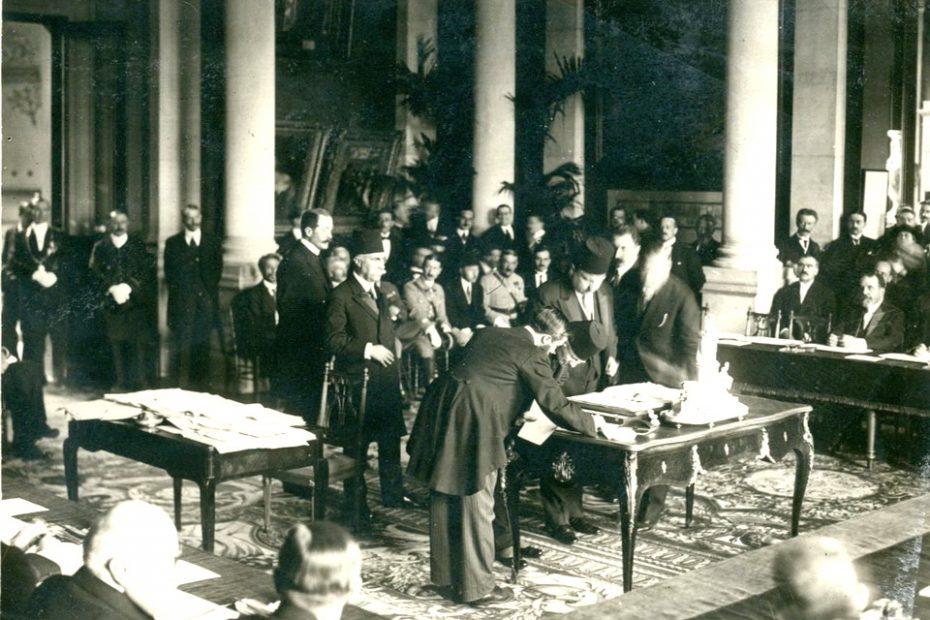 Լուսանկարում`Օսմանյան Թուրքիայի պաշտոնական պատվիրակությունը ստորագրում է Սևրի պայմանագիրը
