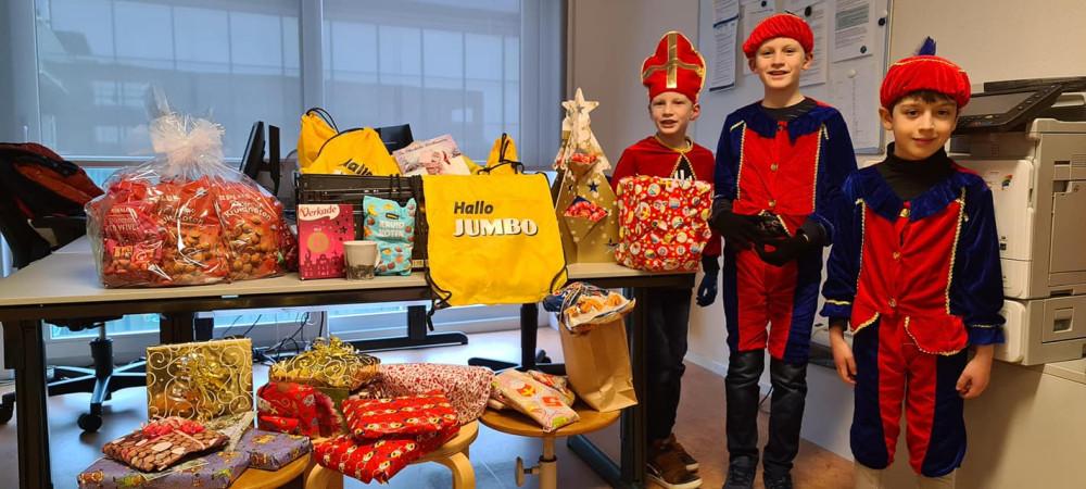 Jumbo Oostburg- ի  (Oostburg) և  PLUS Lohman -ի (Breskens)   հանրախանութների օգնությամբ երեխաները Սինտերկլասի (Բեն), Մեծ Պիտի (Սամ) և Փոքր Պիտի (Լուկա) օգնությամբ այցելեցին բուժաշխատողներին և նրանց նվերներ ու քաղցրավենիքներ մատուցեցին: