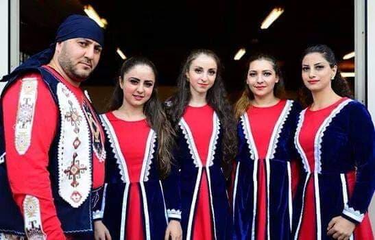 Հայկական ազգագրական «Սասնա լույս» խմբի հիմնական կազմը՝  Ալենը (գեղ.ղեկավար) Էմման(Աննայի քույրը), Մարիամը, Աննան,Նաիրան