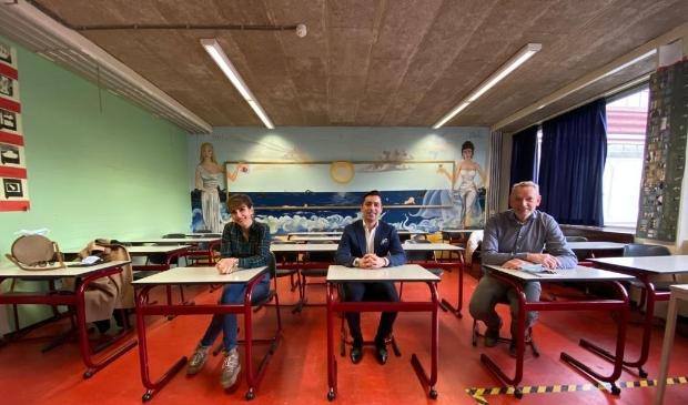 Mariam Kirakossian (Netherlands Diary), Tawros Aslanjan (initiatiefnemer) en Ton Kodde (facilitair manager HWC).  (PR)