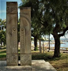 Կանում Կրուազետի պողոտայի «Հայկական այգում» Օսմանյան Թուրքիայում 1915 թվականի Հայոց ցեղասպանության զոհերի եւ երկու աշխարհամարտերի ընթացքում հանուն Ֆրանսիայի զոհված հայերի հիշատակին նվիրված հուշարձանը