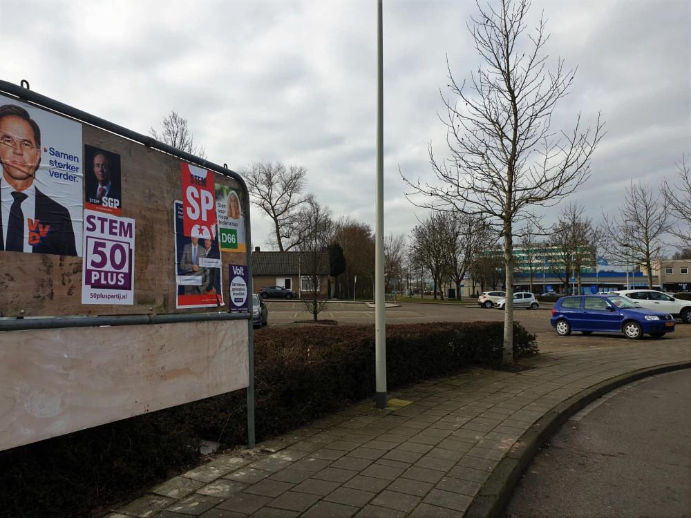 Նիդերլանդական քաղաքներից մեկում այսօրերին ընտրությունները գովազդող ցուցապաստառներից մեկըԼուս` Նիդ.օրագրի