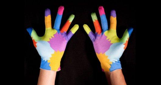Латексные перчатки с пёстрой расцветкой позволяют точно воспроизводить движения рук