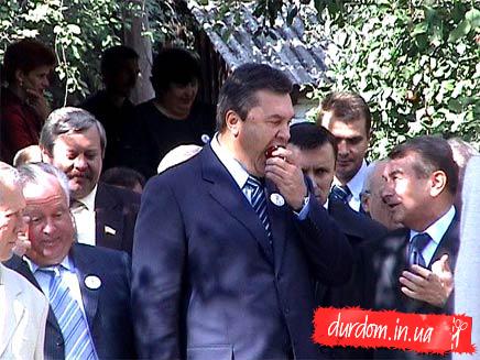 Янукович за едой