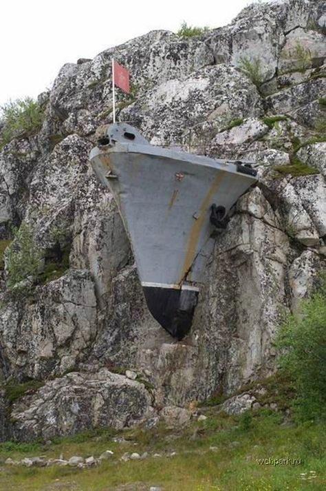 Памятник морякам ОВР (охраны водного района) в Лиинахамари