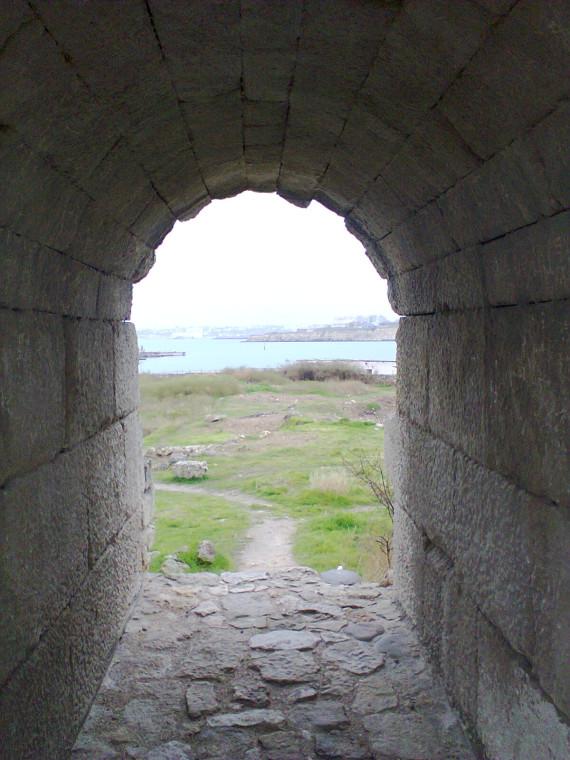 Это если смотреть на бухту из крепостной стены Херсонеса