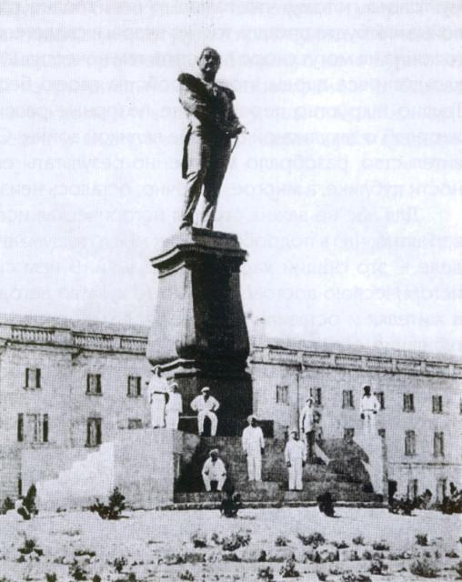 Памятник адмиралу Лазареву в Севастополе на фоне Лазаревских казарм, уничтоженный в 1928 году