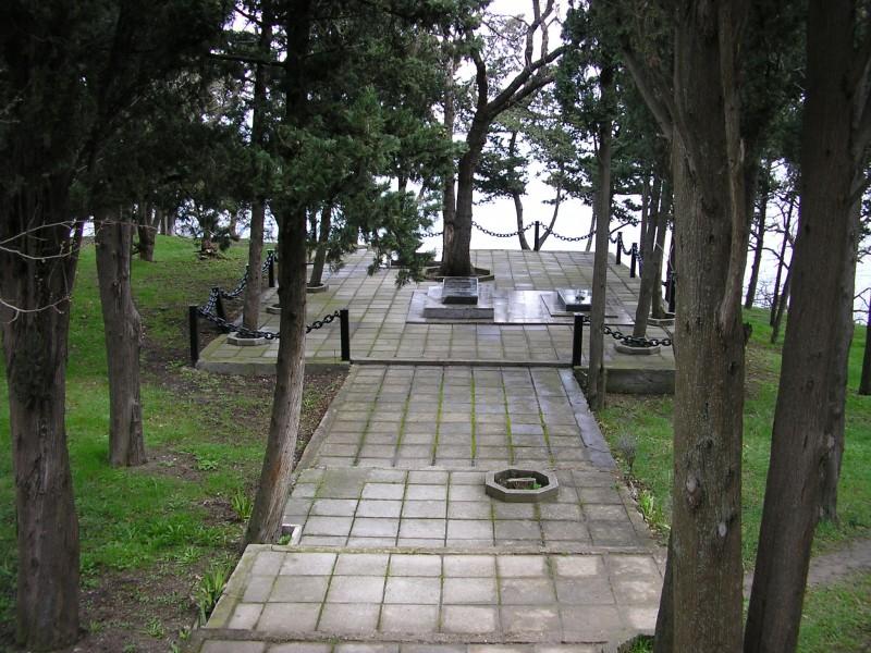 Семейное кладбище Кёппенов у моря в кипарисовой роще