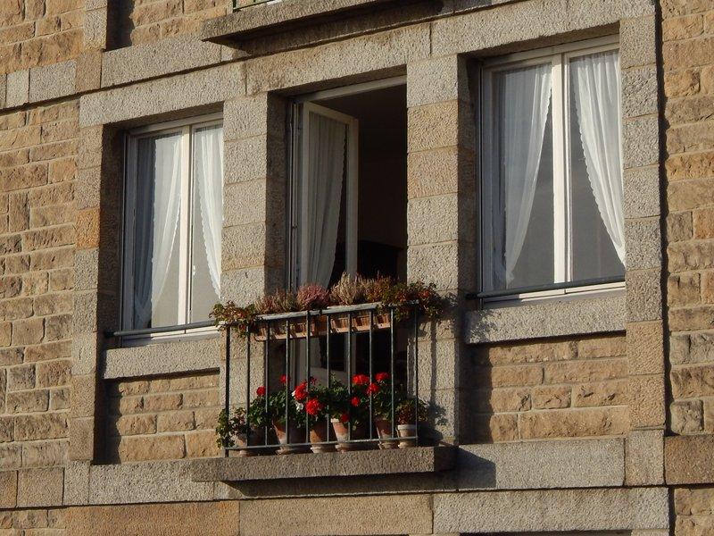 Saint-Malo. Французский балкон в старом городе.jpg