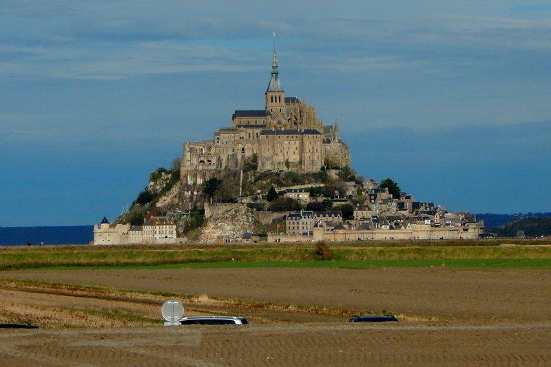 Mont-Saint-Michel. Вид с берега на замок.jpg
