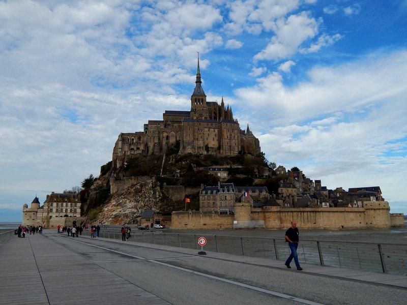 Mont-Saint-Michel. Вид с дамбы.jpg