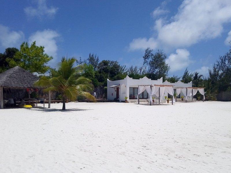 KonoKono beach resort. Беседки на пляже.jpg