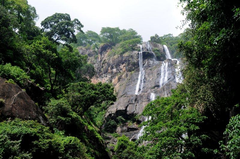 Udzungwa. Водопад Sanje. Вид снизу.jpg