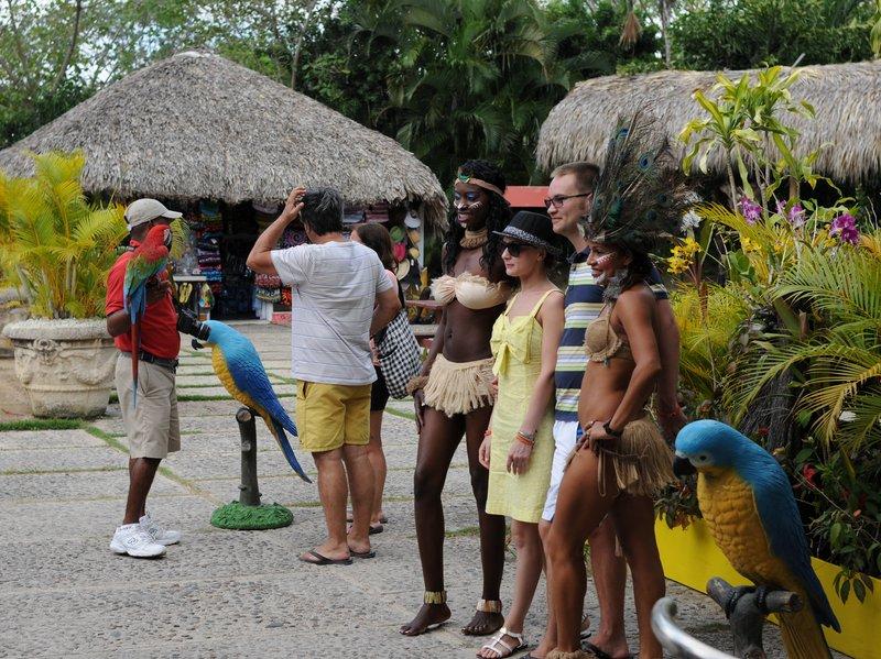 15_Туристов встречают в Manati Park