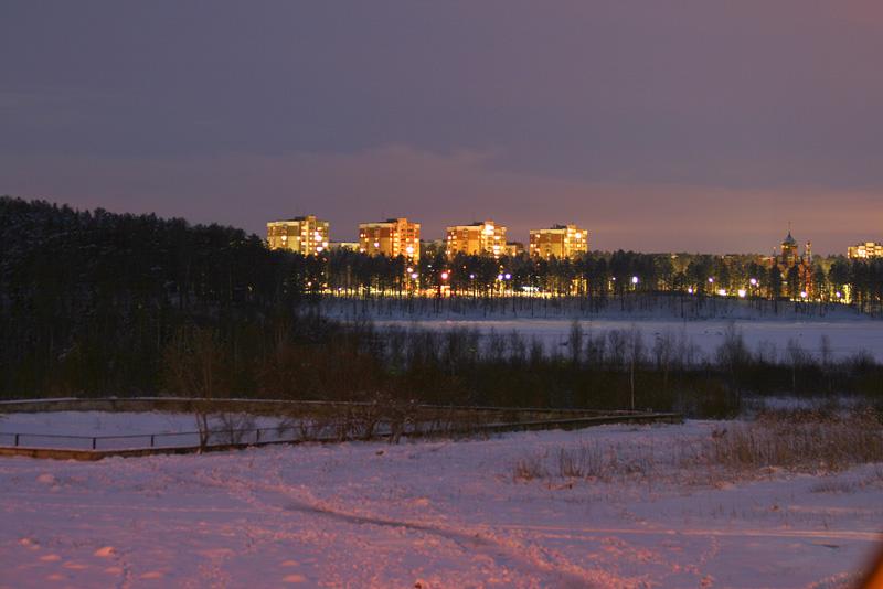 Вид на ленинградский через  озеро
