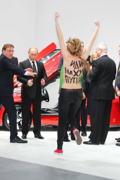 08-putin-femen-thumbs-up