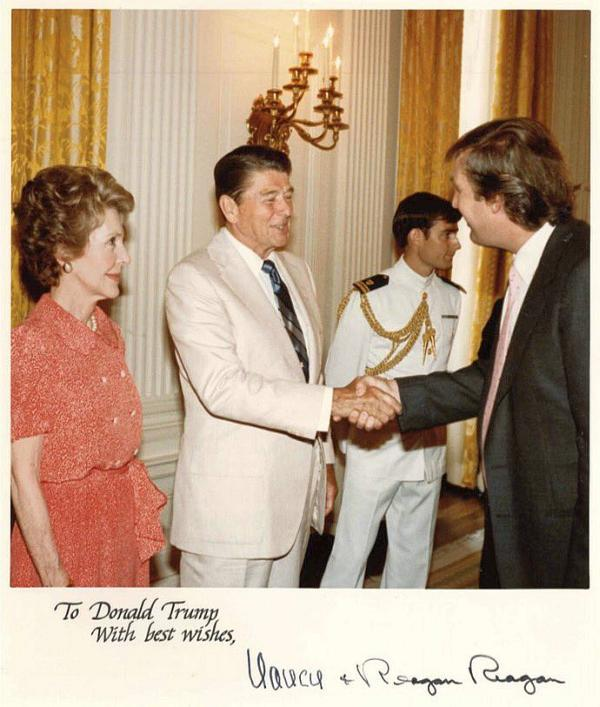 Молоденький Трамп с Рейганом
